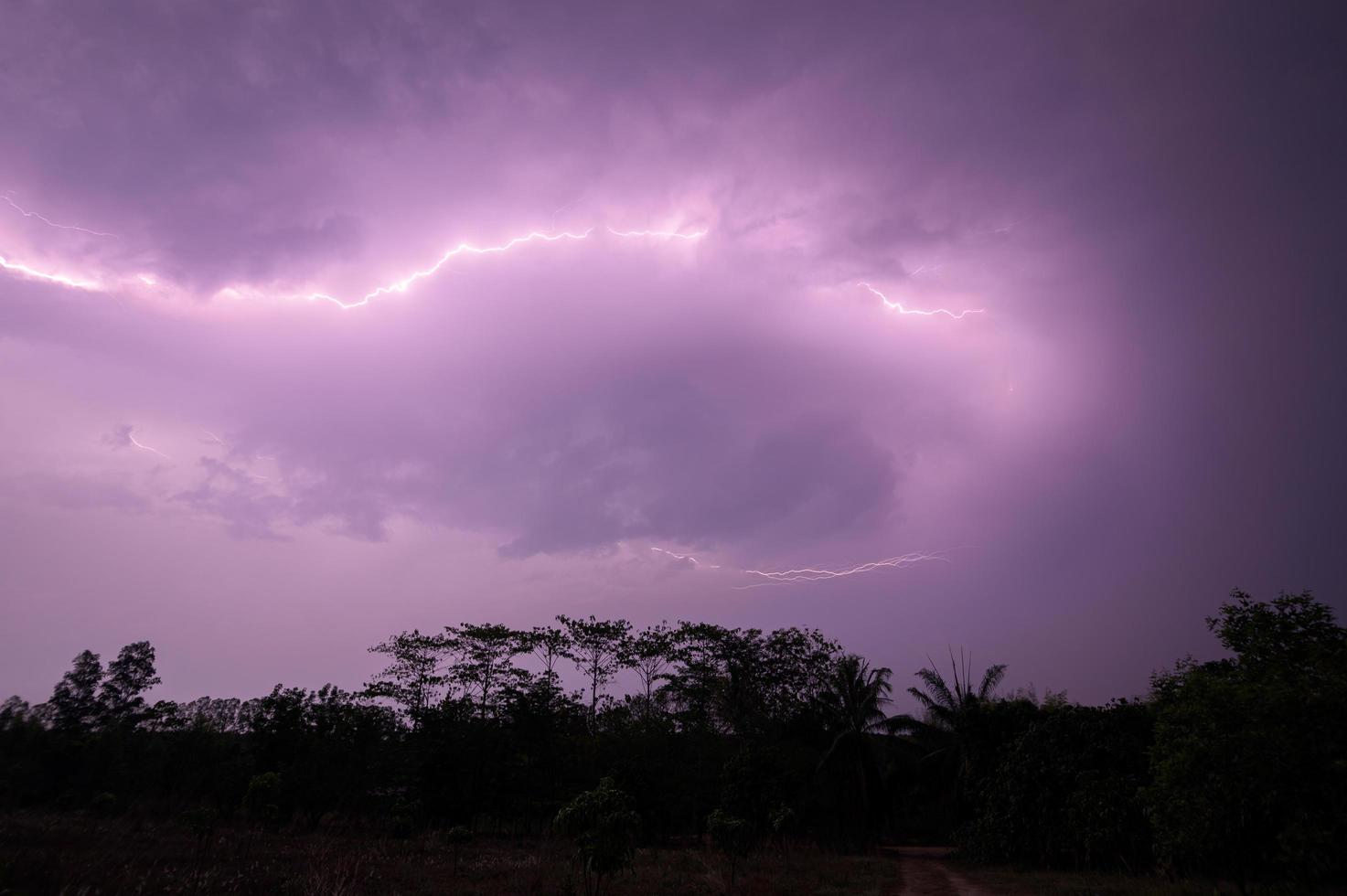 la foudre dans le ciel la nuit photo
