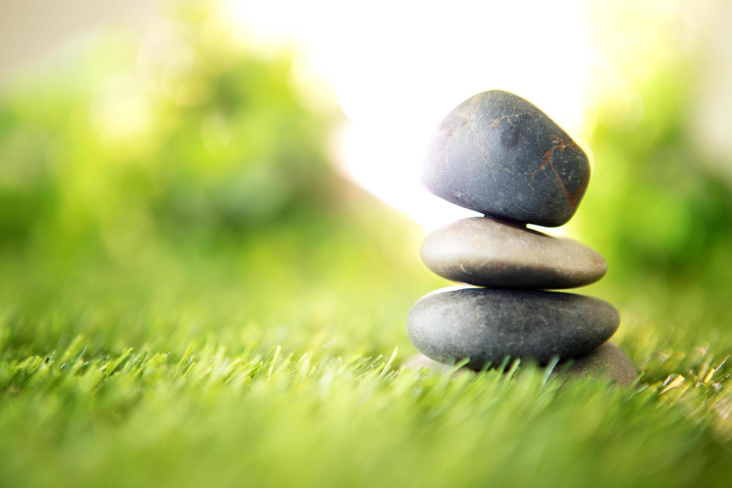 pyramide de pierre sur l'herbe photo