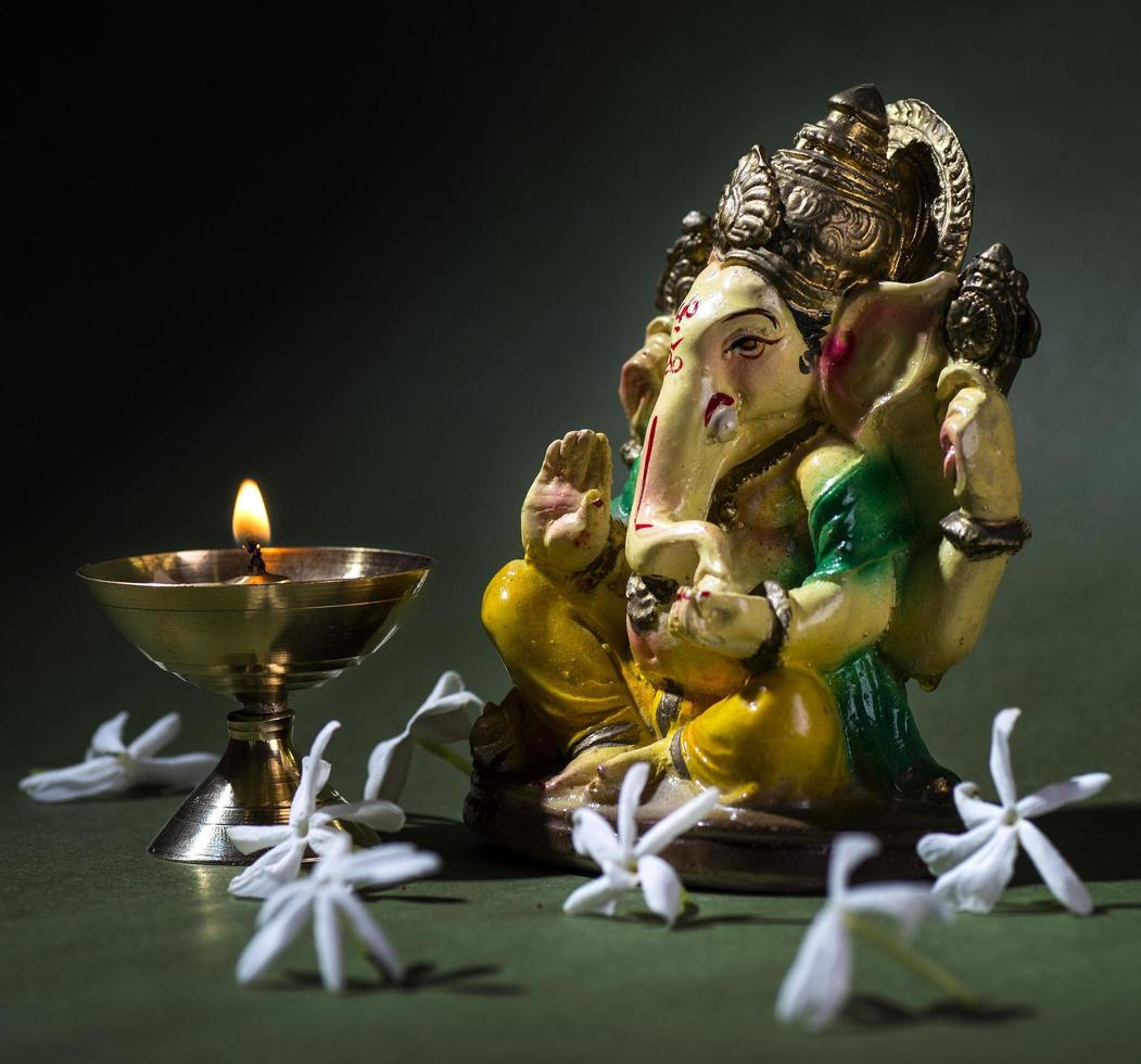 dieu hindou ganesha sur fond sombre photo