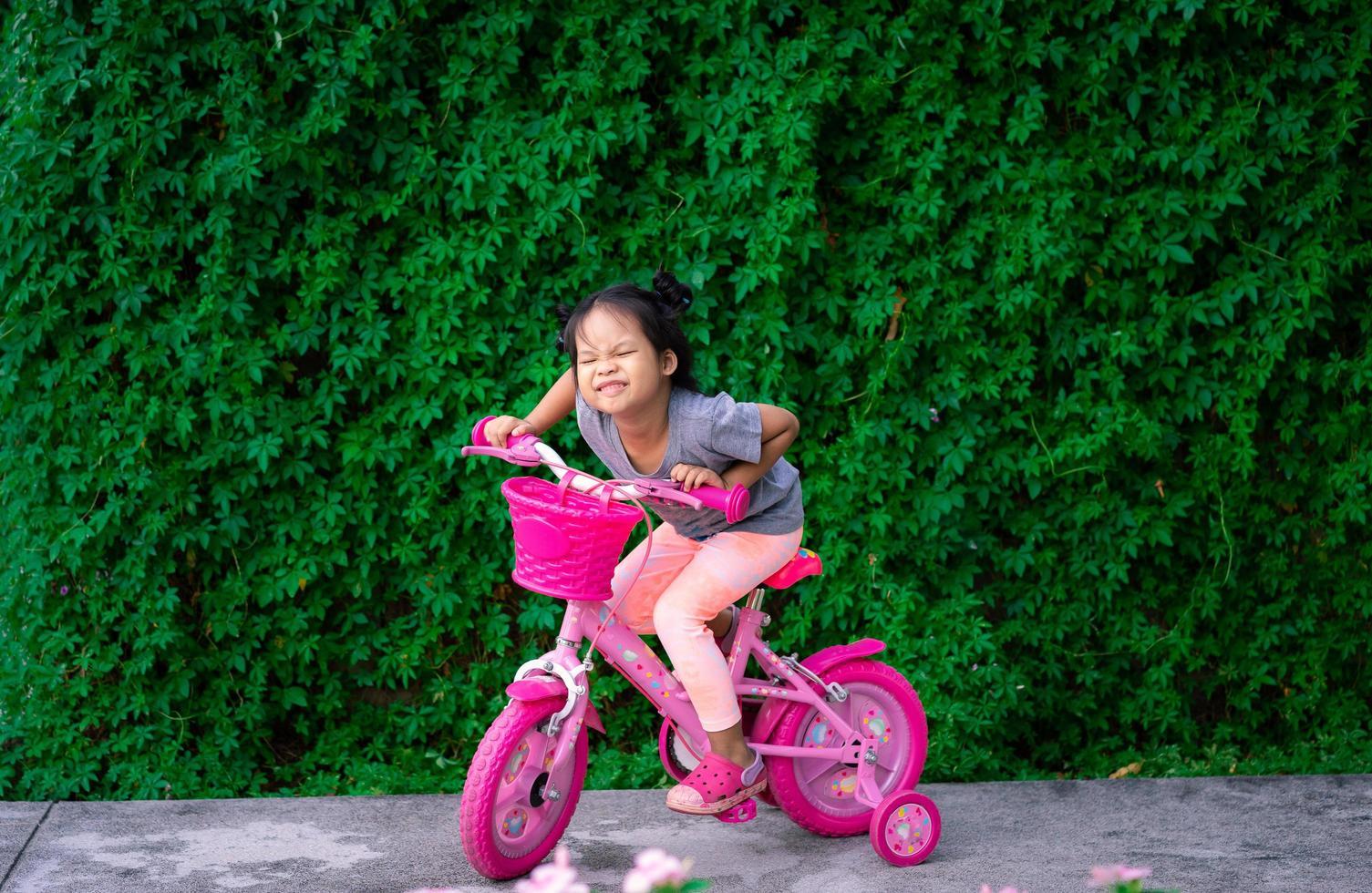 jeune fille asiatique, faire du vélo photo