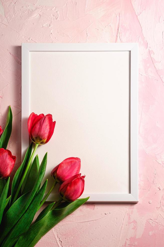 tulipes rouges avec modèle de cadre photo