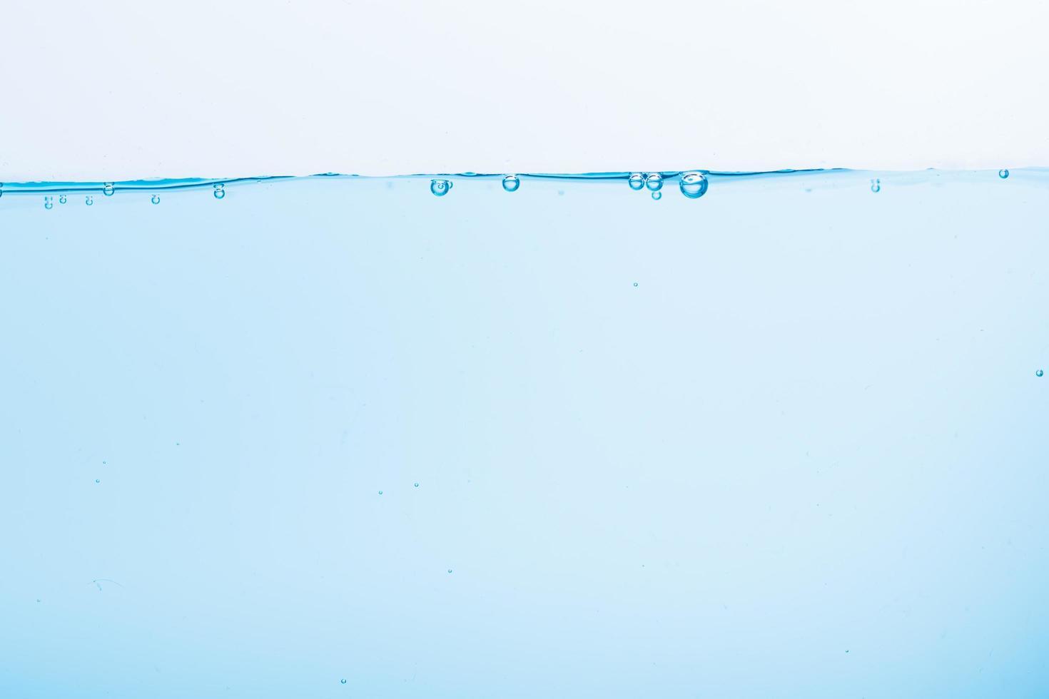 surface de l'eau bleue sur fond blanc photo