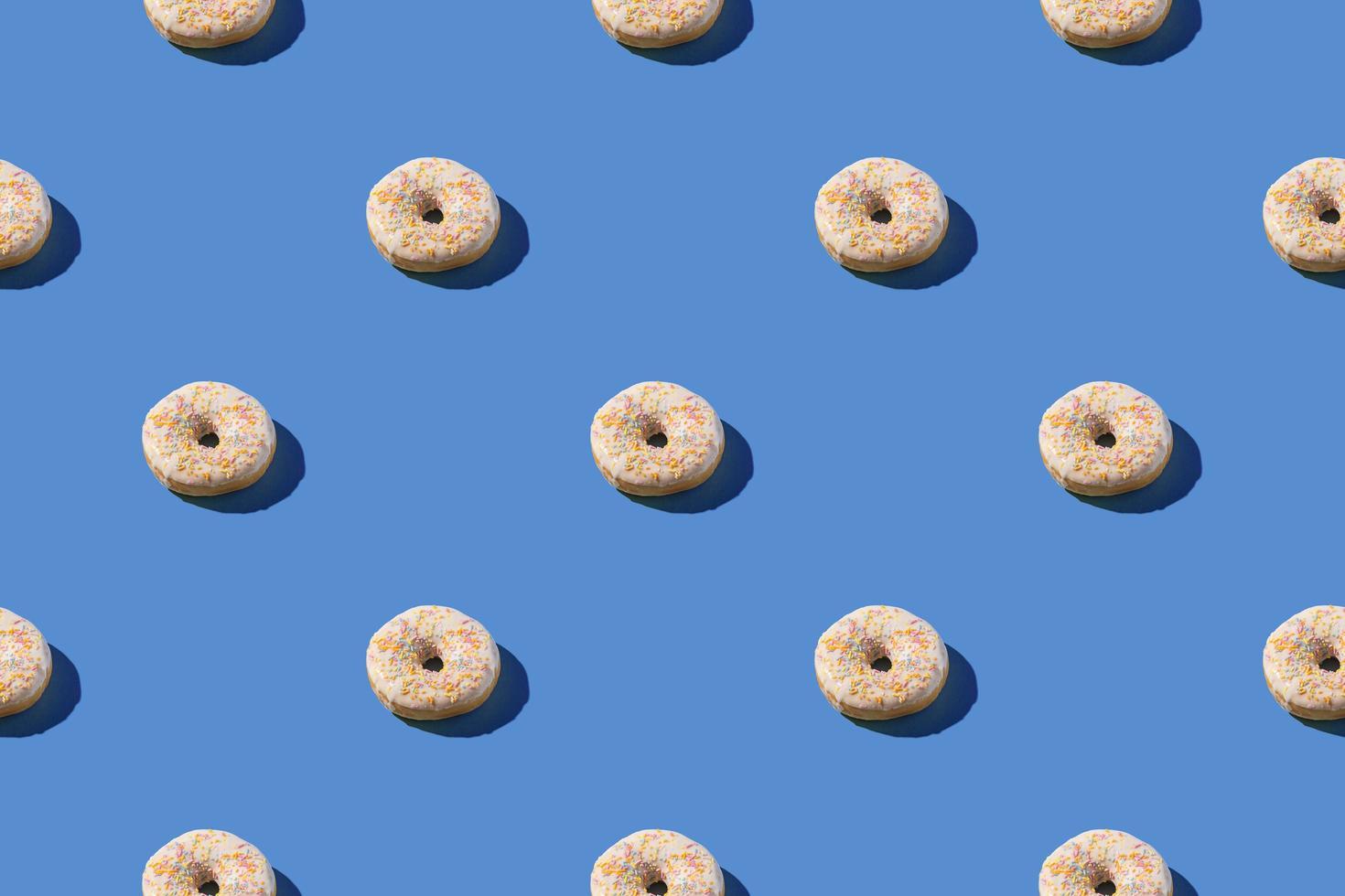 beignets blancs vanille dans un modèle sans couture photo