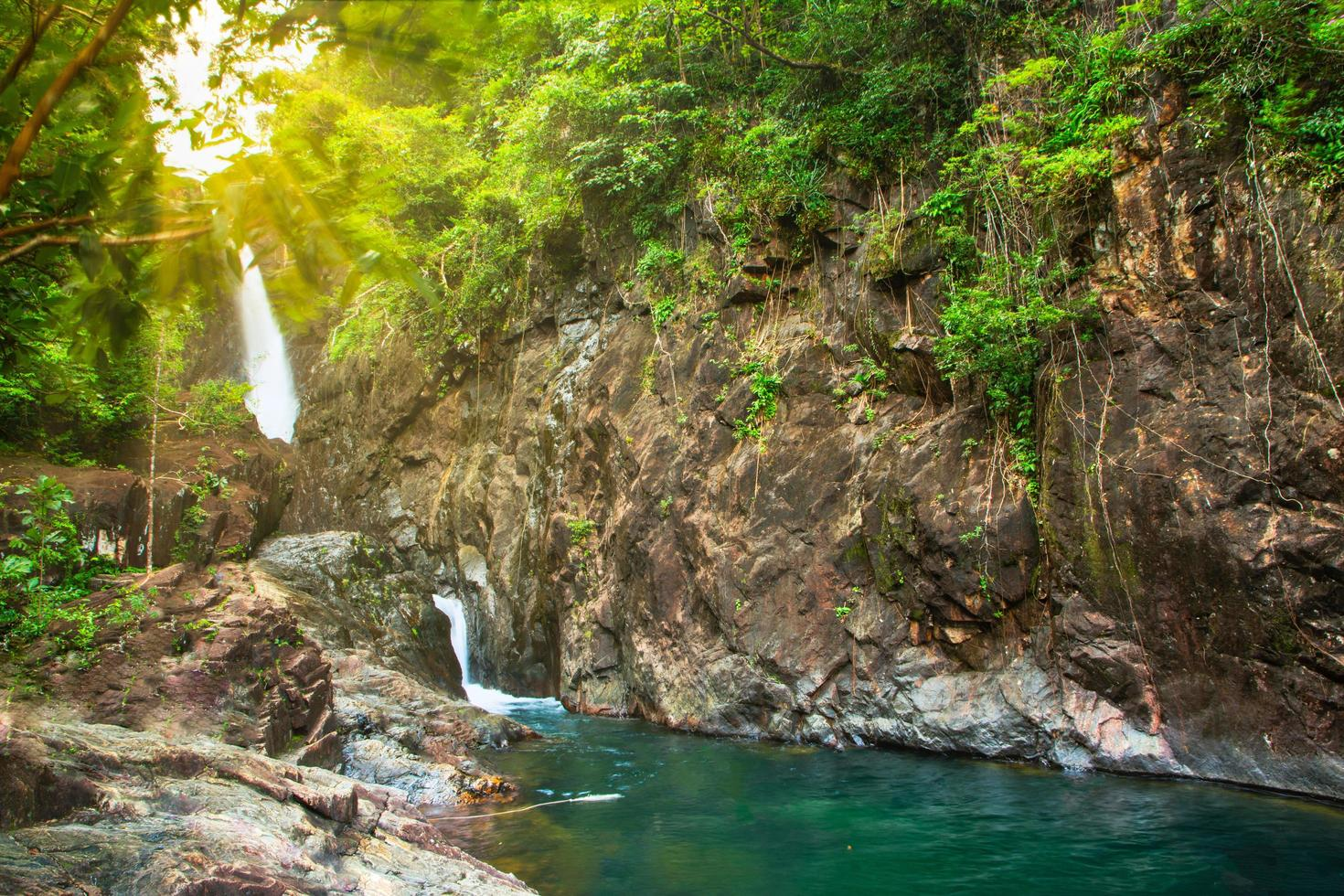 Cascade de klong plu koh chang, thaïlande photo