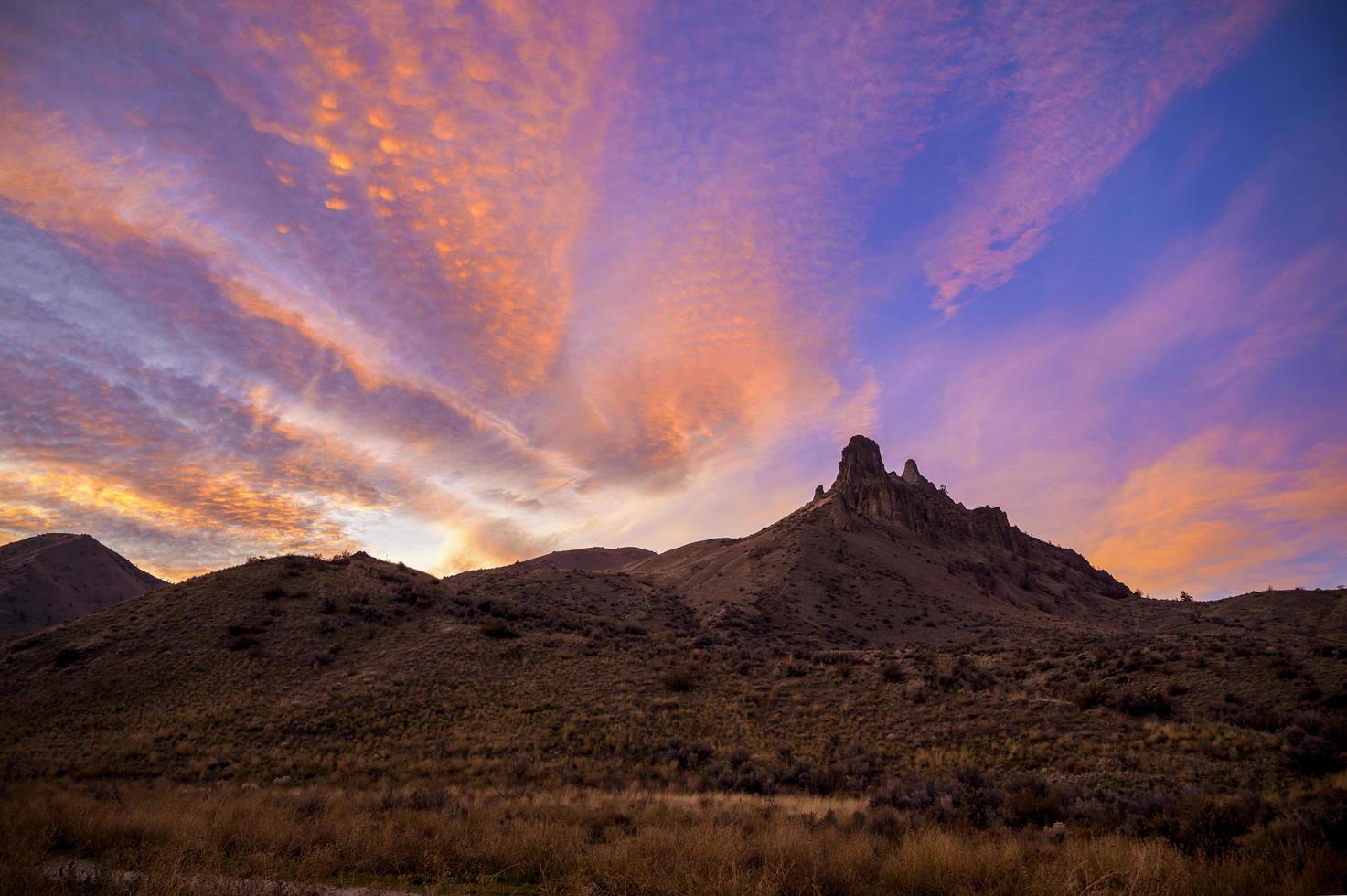 lever du soleil sur les montagnes photo