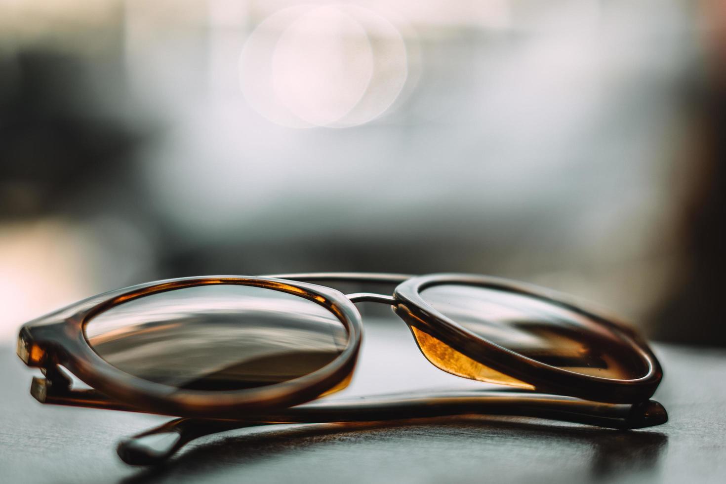 lunettes de soleil sur le tableau de bord de voiture photo