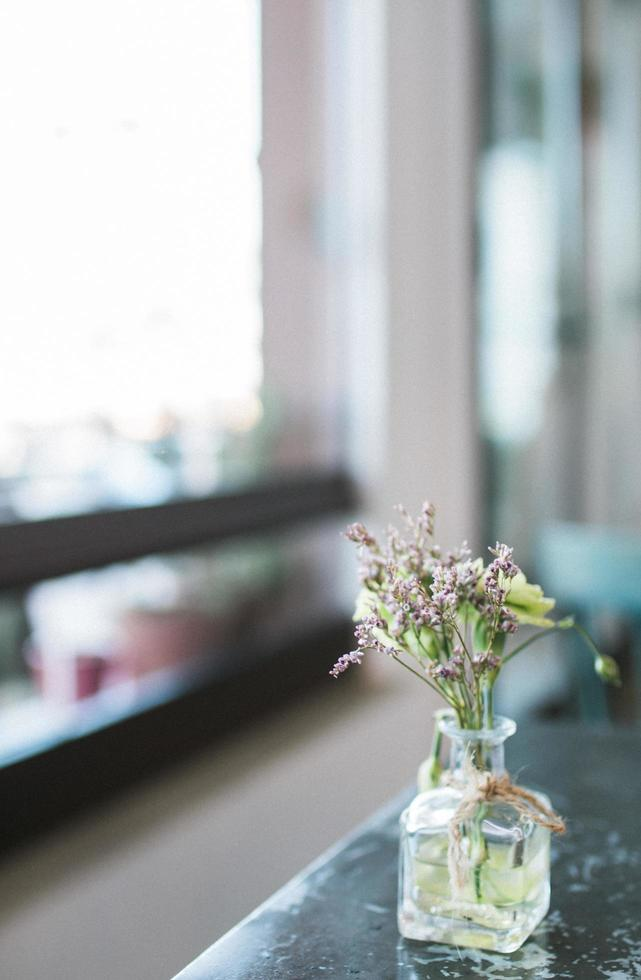gros plan d'un vase à fleurs photo