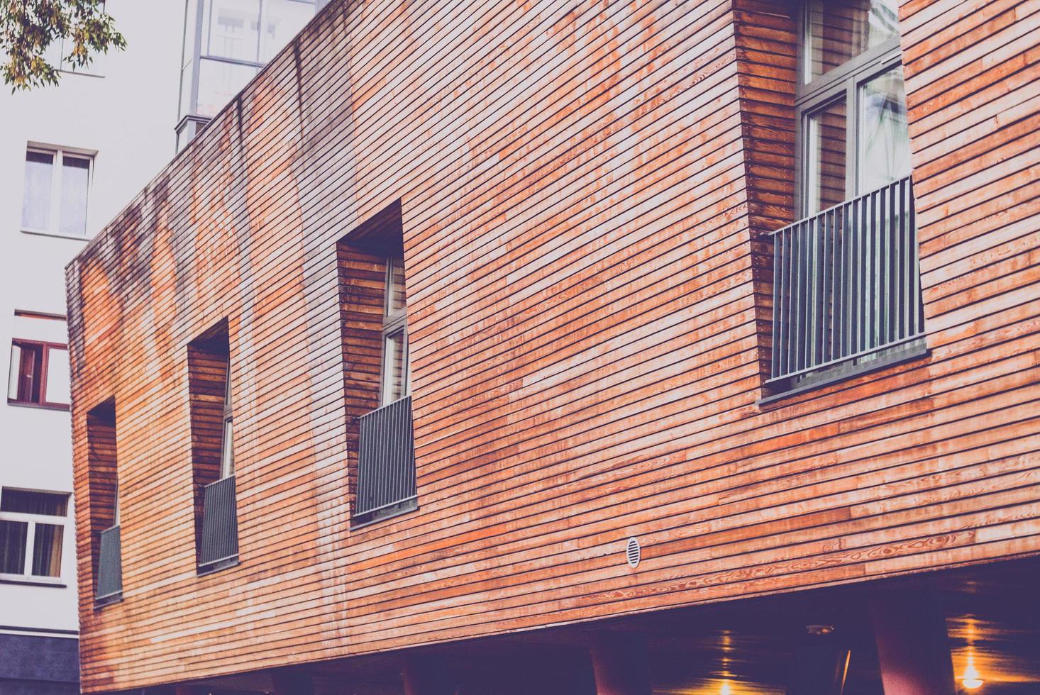 bâtiment marron et fenêtres photo