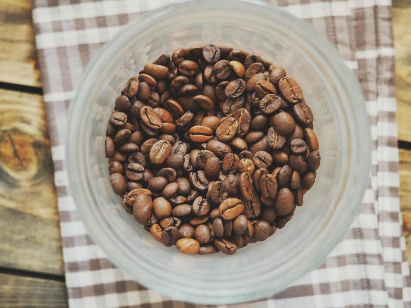 grains de café dans une tasse en plastique photo