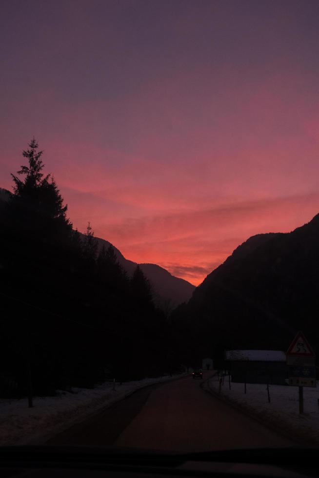silhouette de montagnes pendant le coucher du soleil photo
