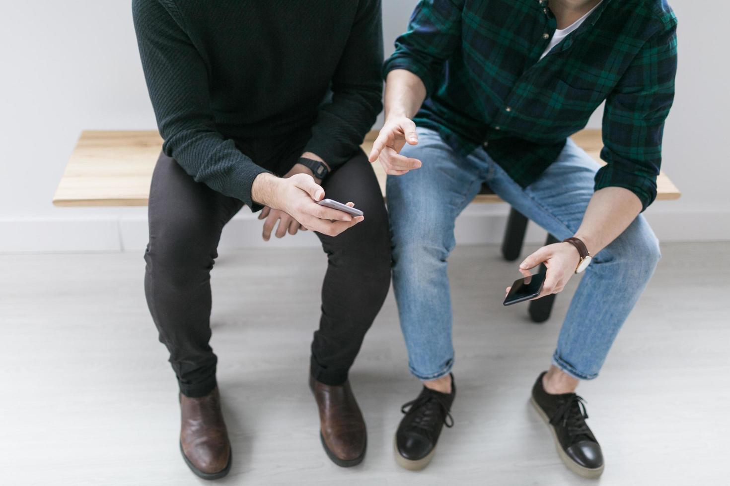 jeunes hommes ayant une conversation photo