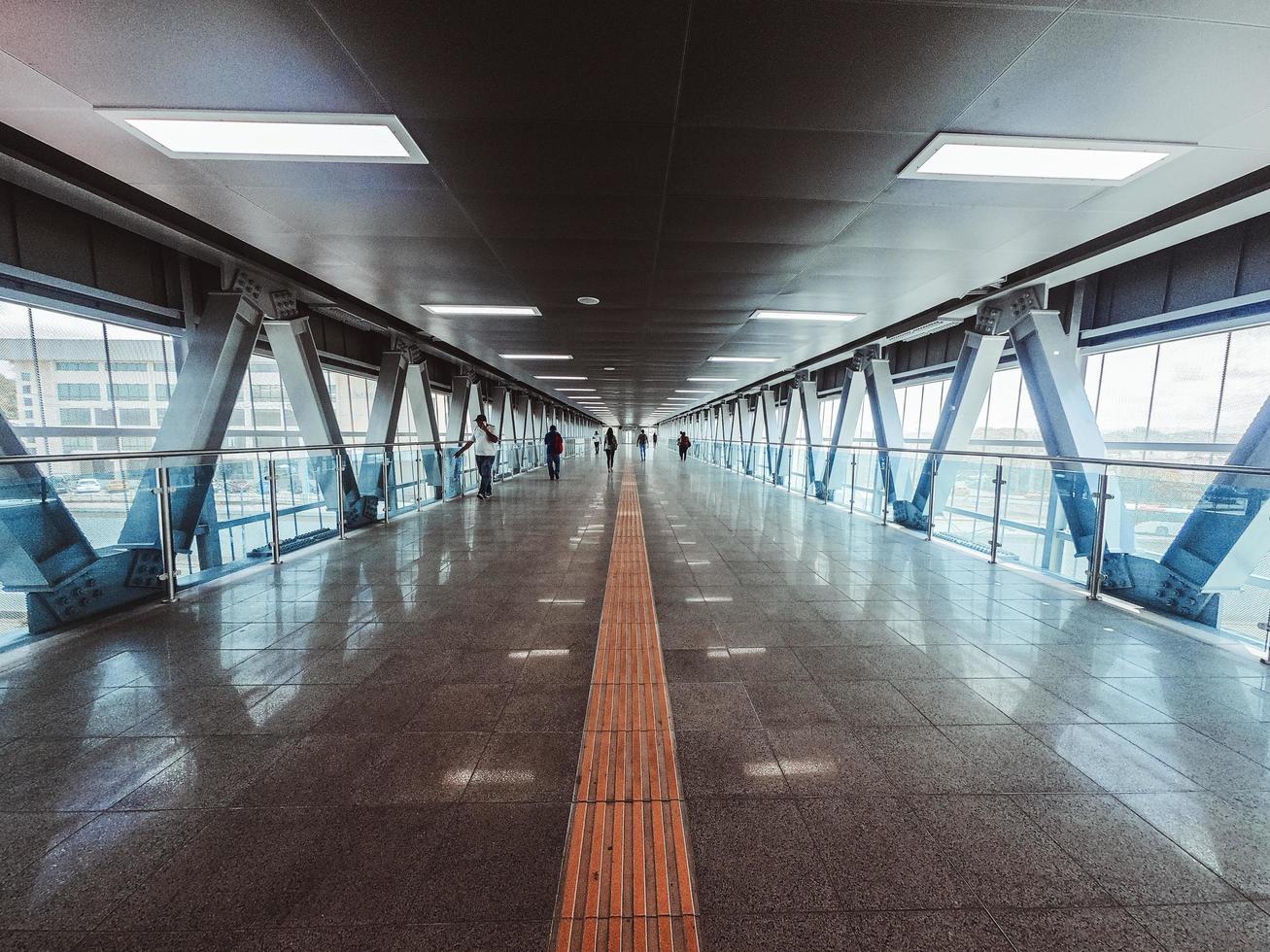 personnes marchant à l'intérieur du tunnel photo