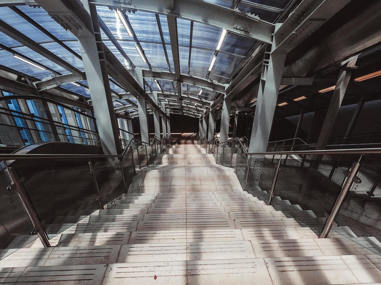 escalier vide avec garde-corps photo