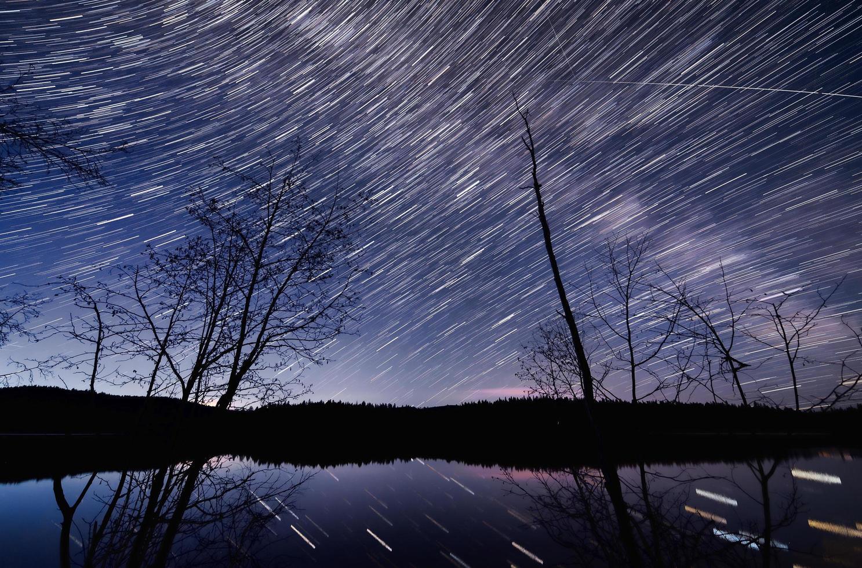 laps de temps du lac de roche dans la nuit photo