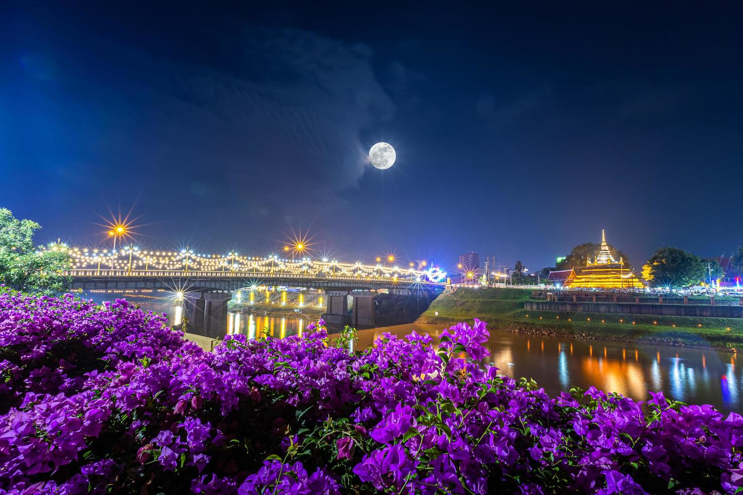 la pleine lune se couche au-dessus du festival loy krathong en thaïlande photo