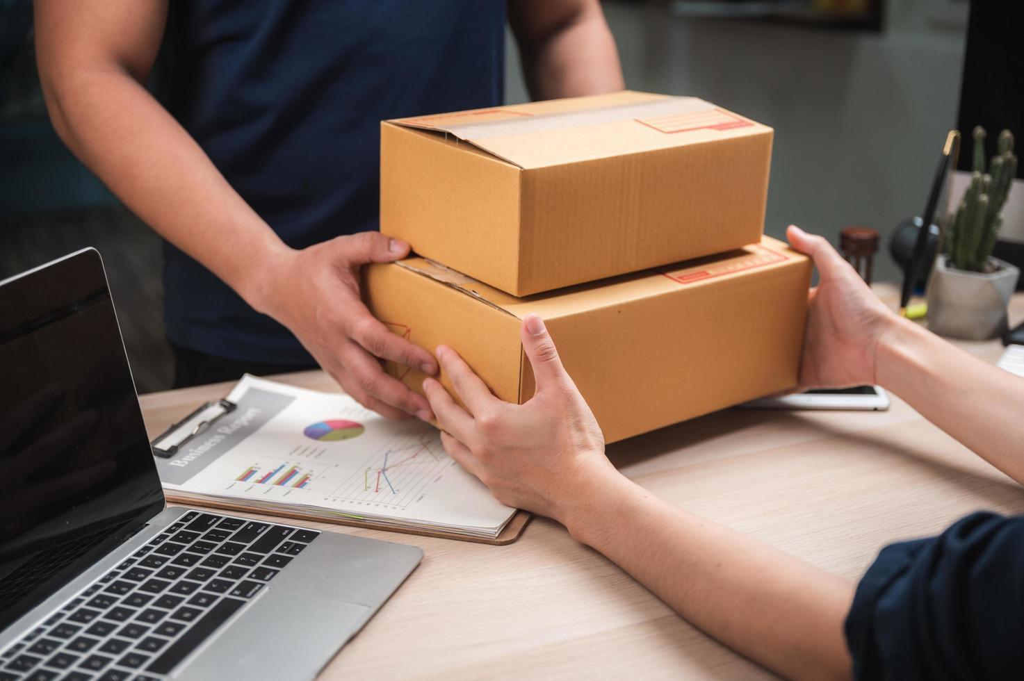 le travailleur reçoit la livraison au bureau photo