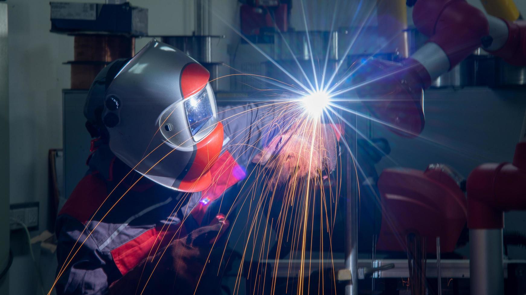 Soudeur soudant l'acier inoxydable à l'aide d'un processus d'arc au tungstène photo