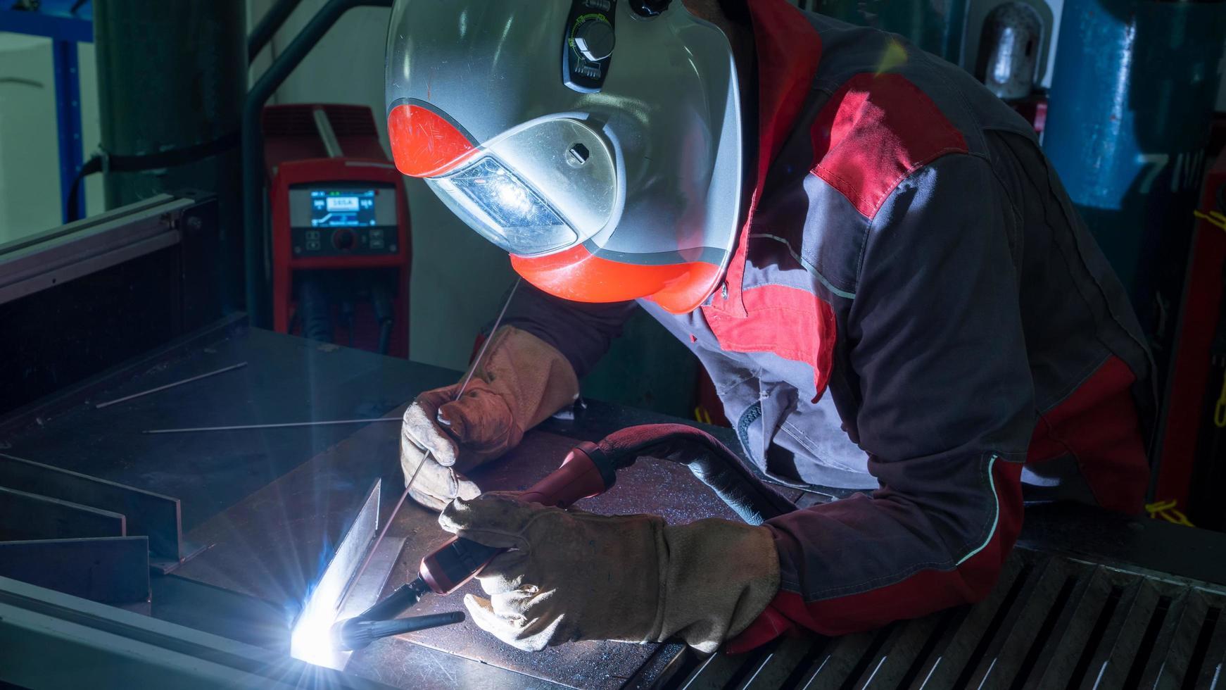 soudage de l'acier inoxydable avec un gaz inerte de tungstène photo