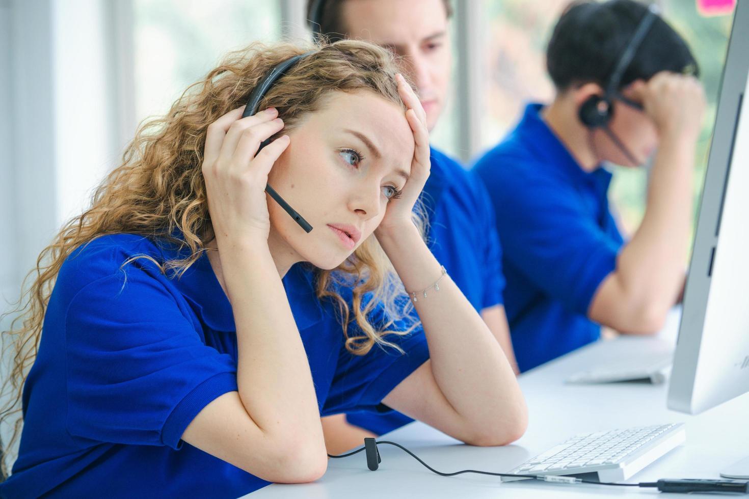 travailleurs du centre d'appels stressés devant des ordinateurs photo