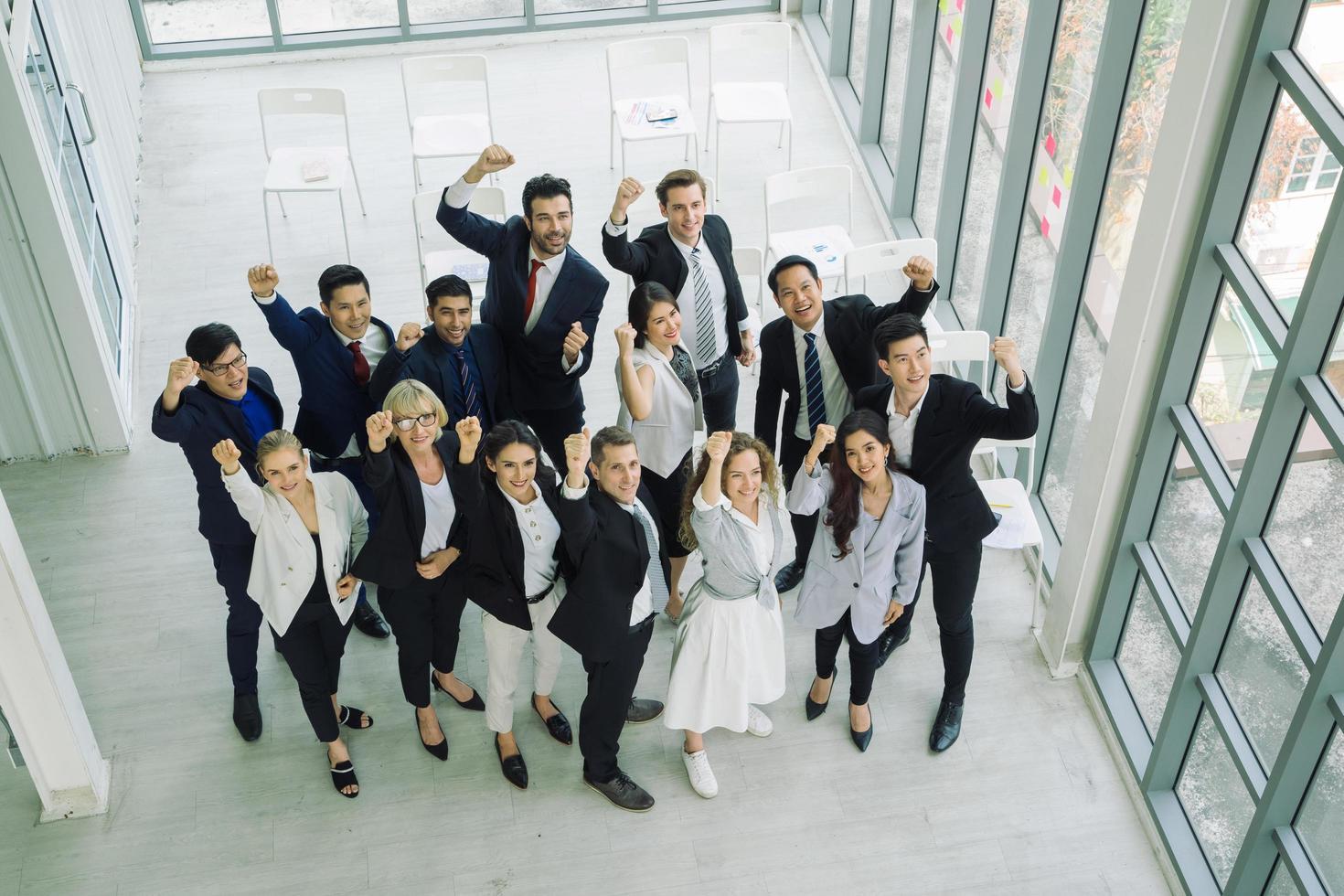 groupe multiethnique de professionnels avec les poings levés photo