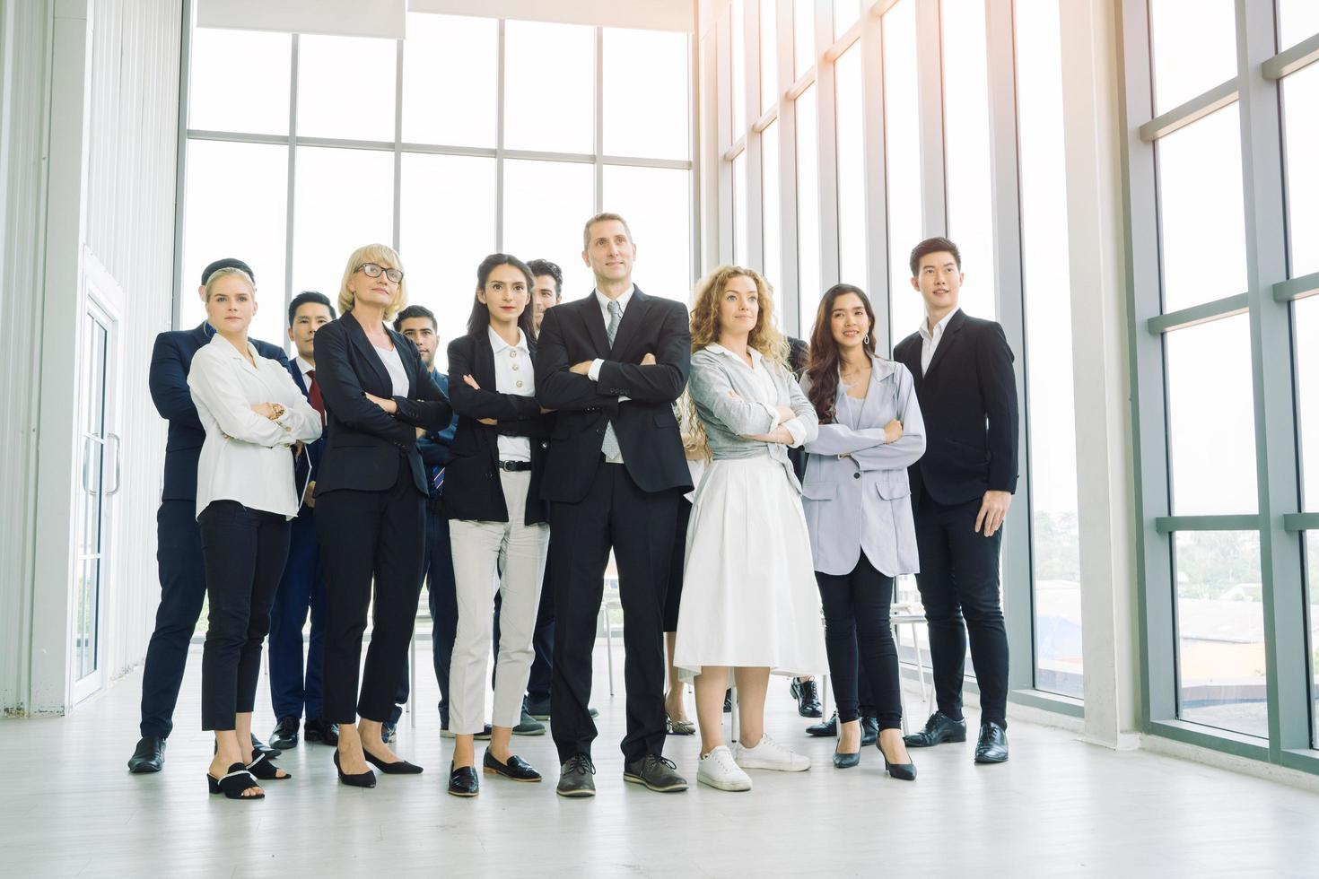 un groupe de professionnels posant les bras croisés photo