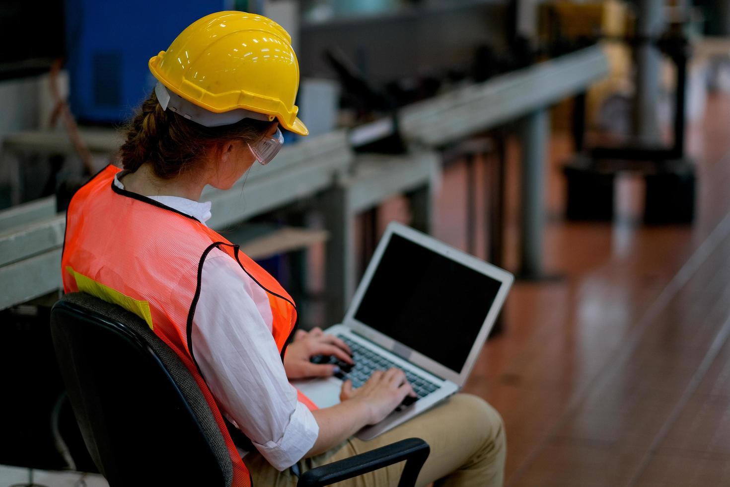 femme professionnelle travaillant sur ordinateur portable photo