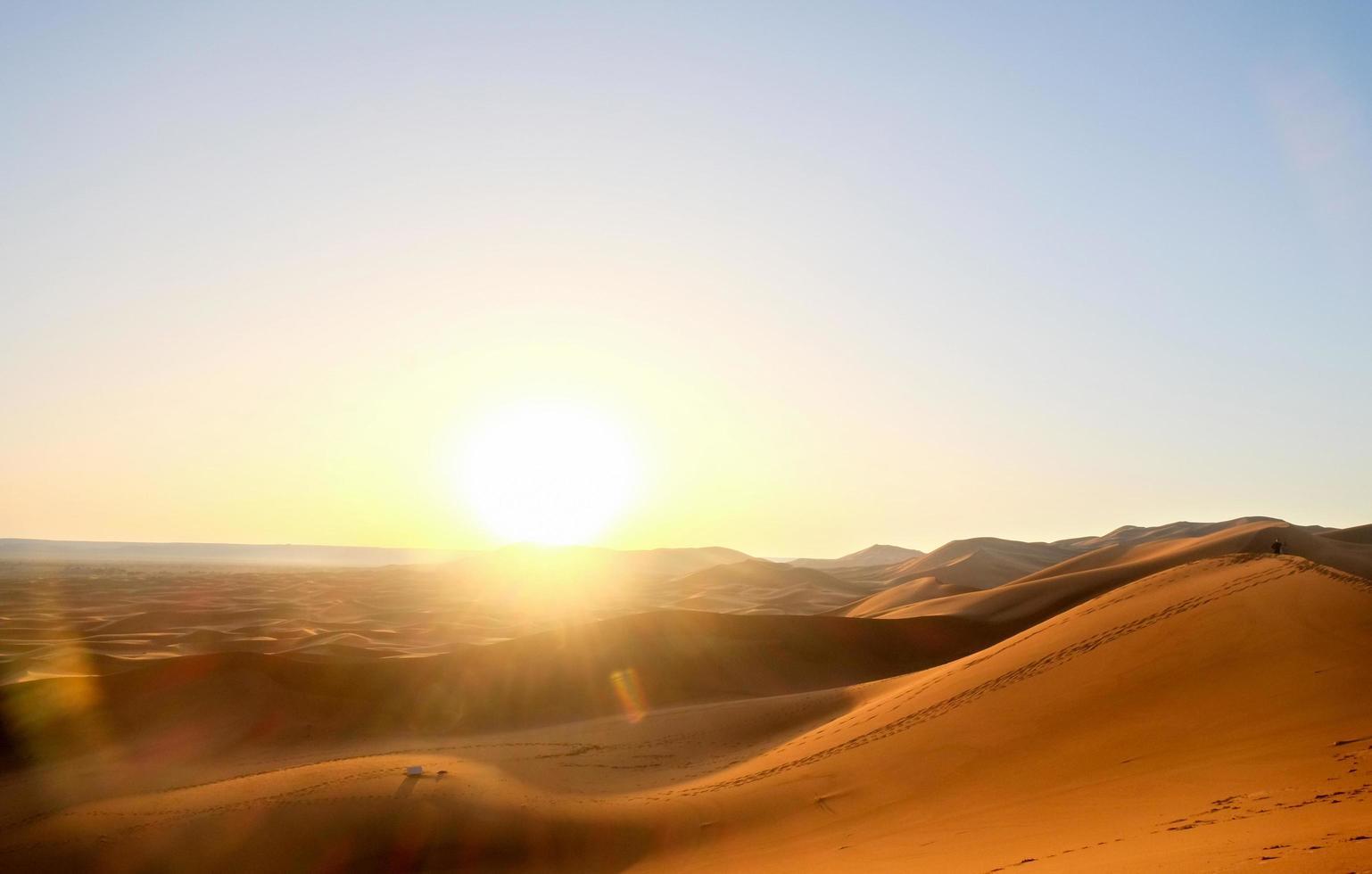 Lever du soleil sur les dunes de sable à l'erg chebbi photo