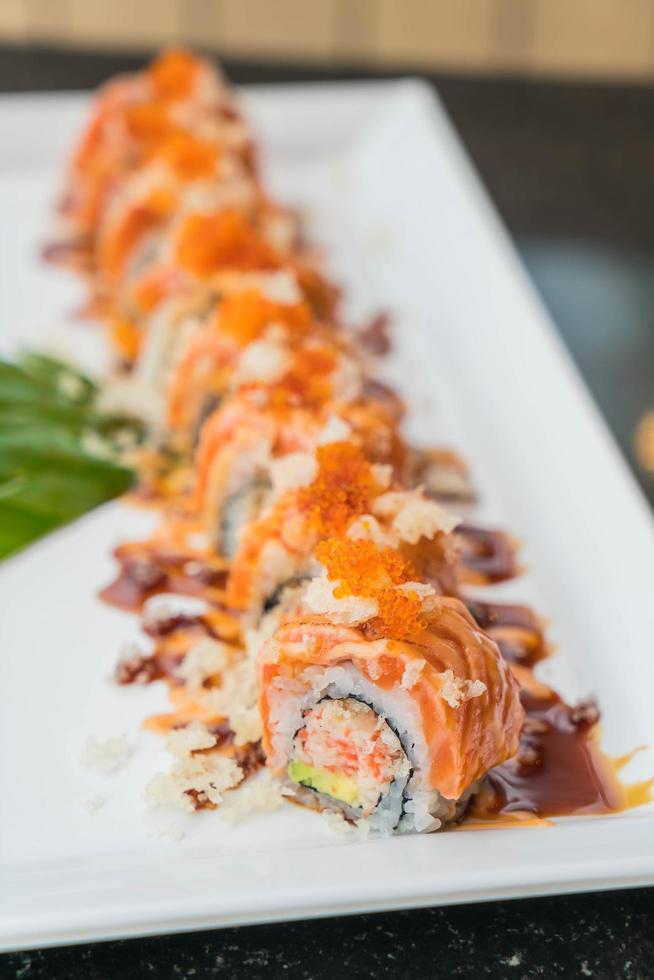 rouleaux de sushi au saumon photo
