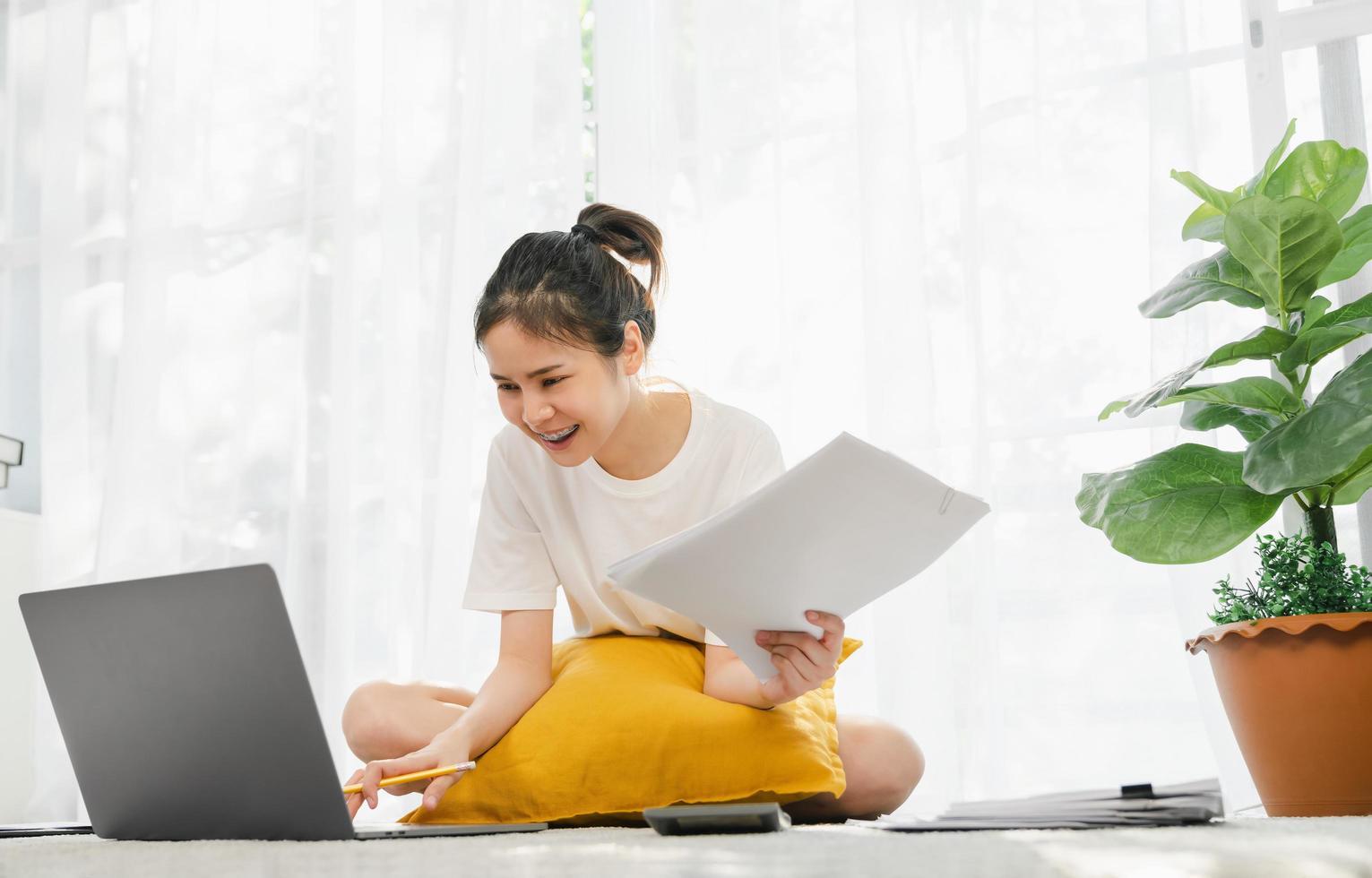 femme travaillant à domicile photo