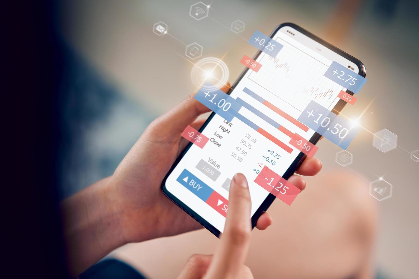 trader analysant le marché boursier sur smartphone photo