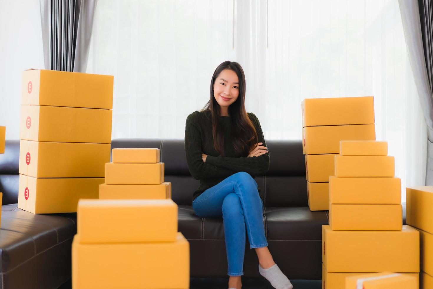 femme assise dans la chambre avec des boîtes photo