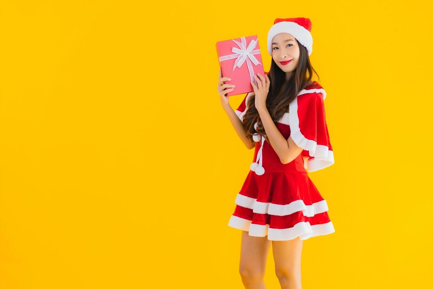 Portrait de femme en costume de père Noël photo
