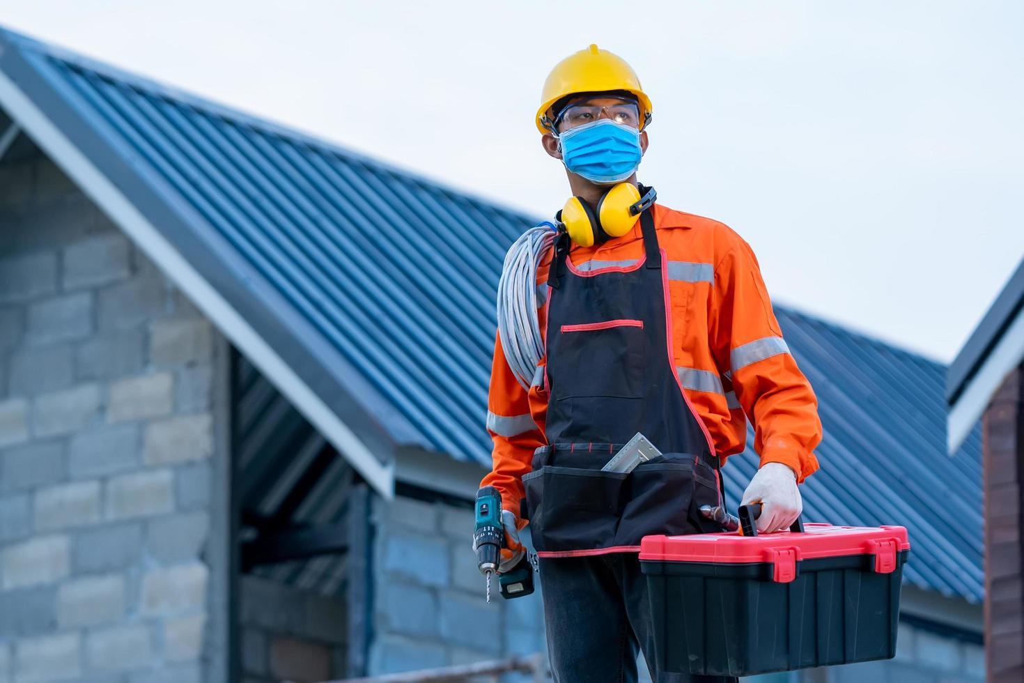 travailleur de la construction portant ppe photo