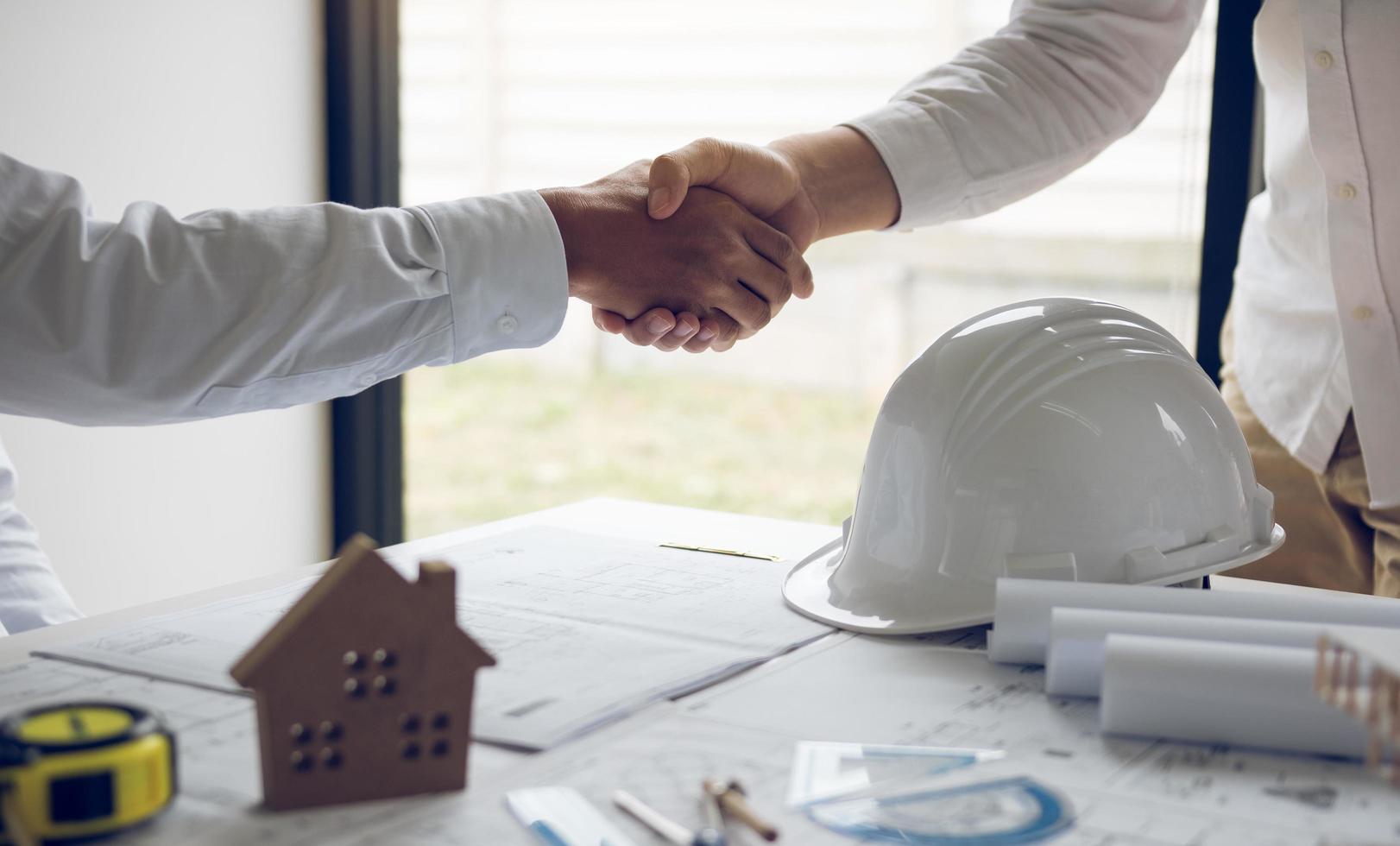 deux ingénieurs se serrant la main photo