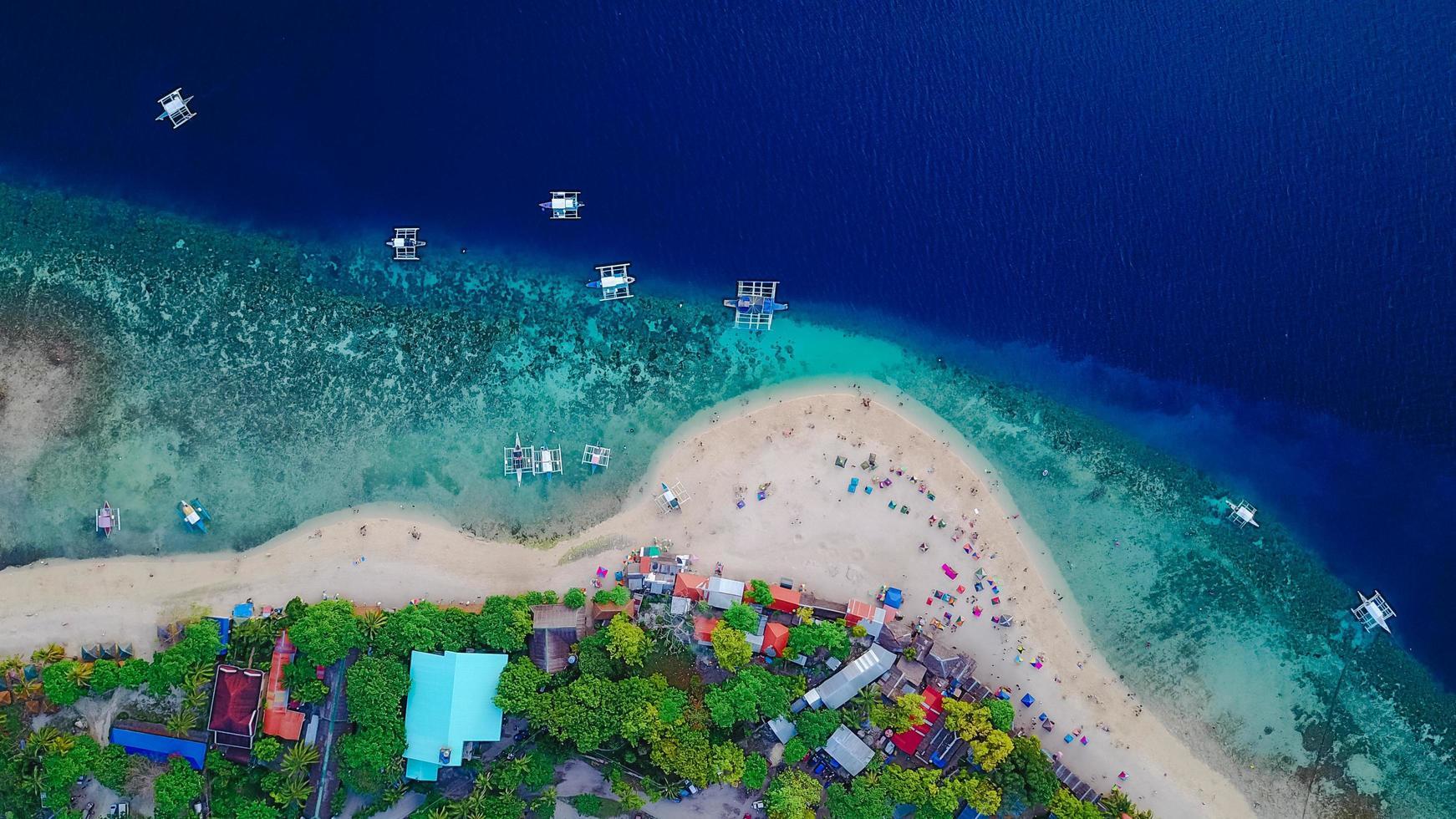 Vue aérienne de la plage de sable des Philippines avec les touristes photo