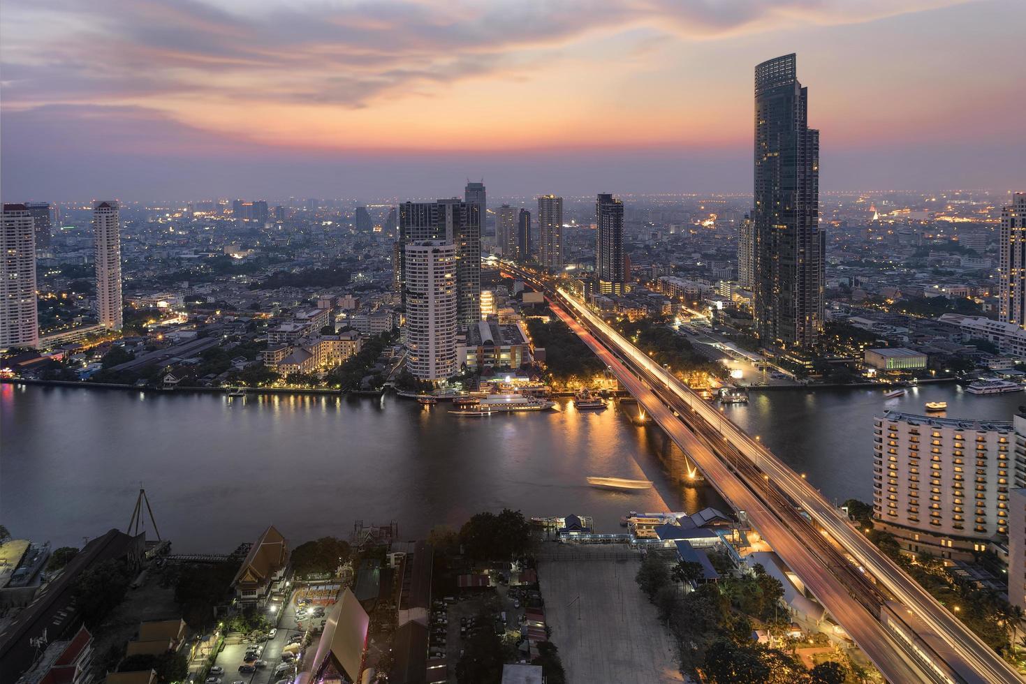 ville de bangkok au coucher du soleil avec des sentiers de feux de circulation photo