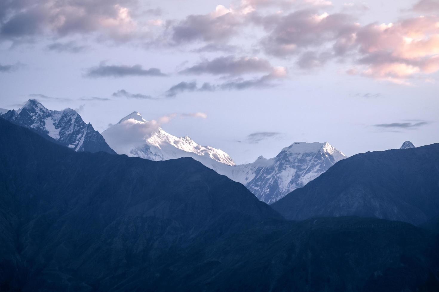 Lever du soleil sur la chaîne de montagnes enneigées du Karakoram, au Pakistan photo