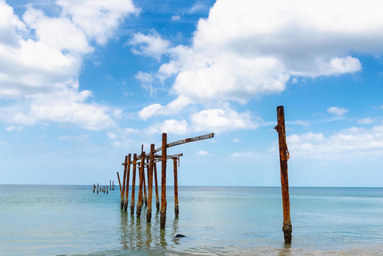 Ancienne structure de pont dans l'eau photo