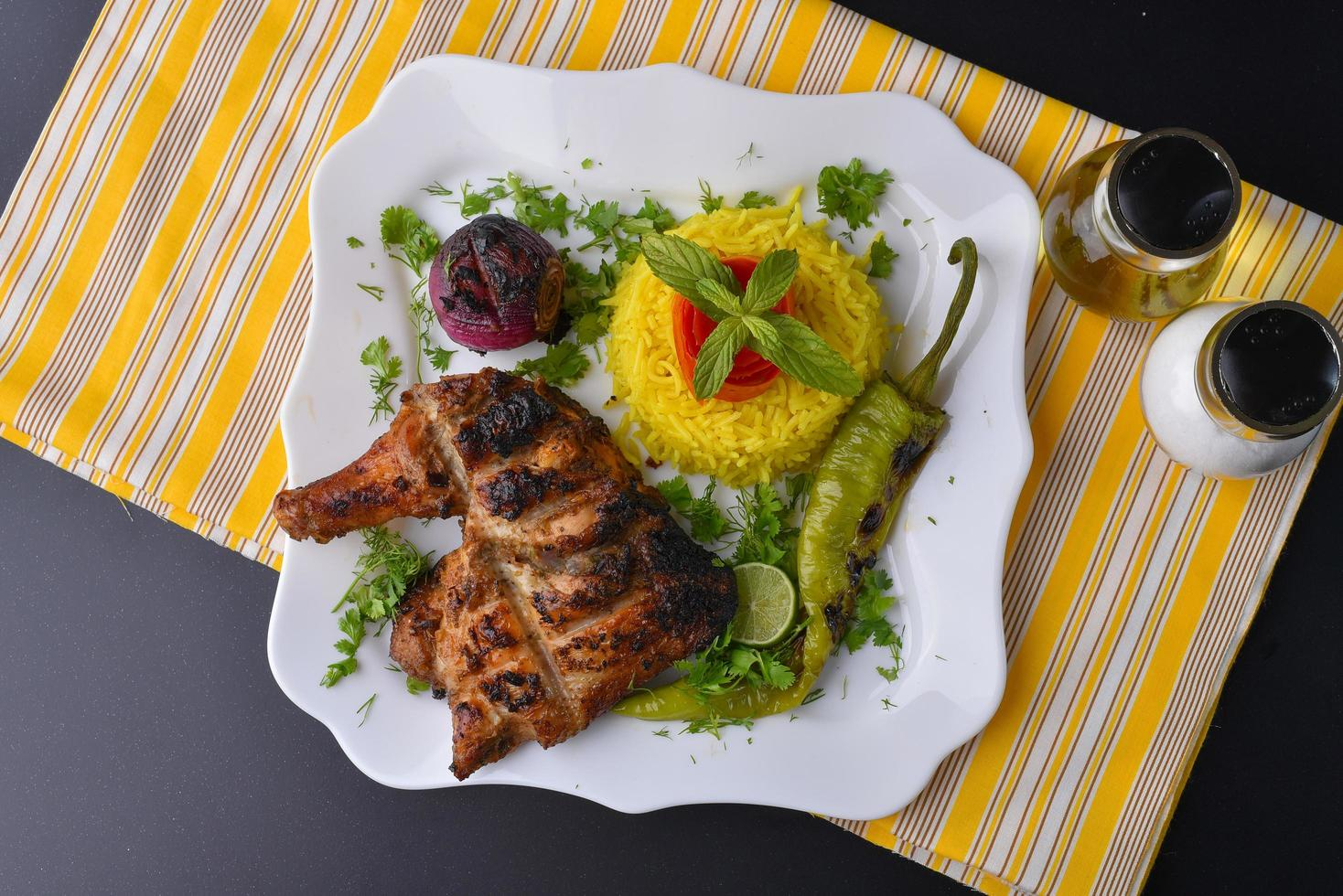 assiette de poulet grillé photo
