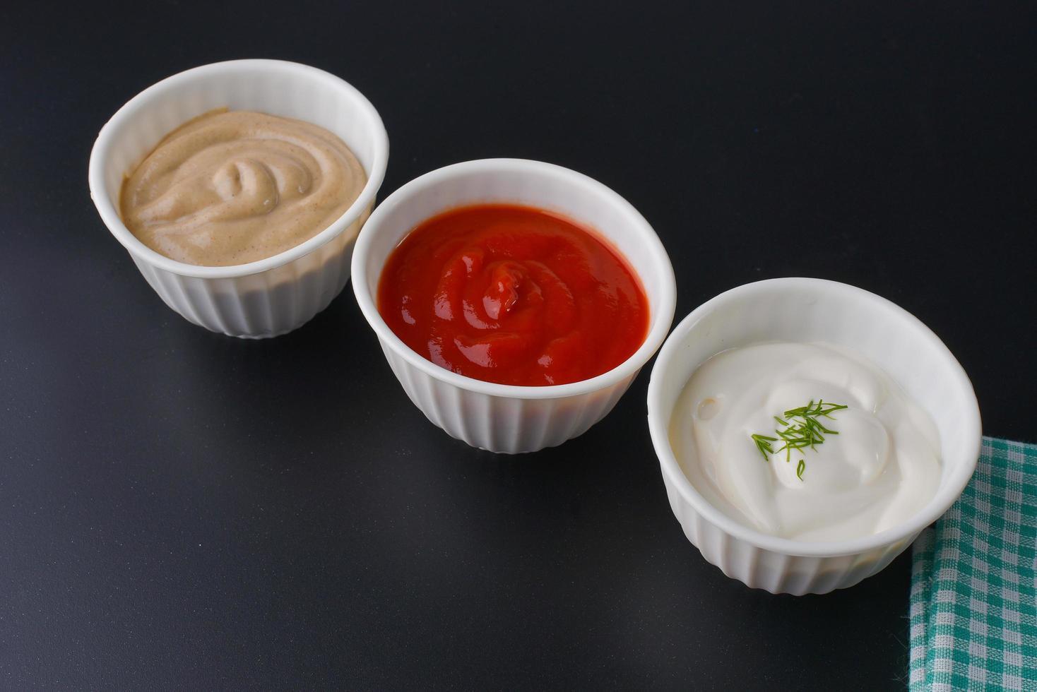 sauces sur fond noir photo