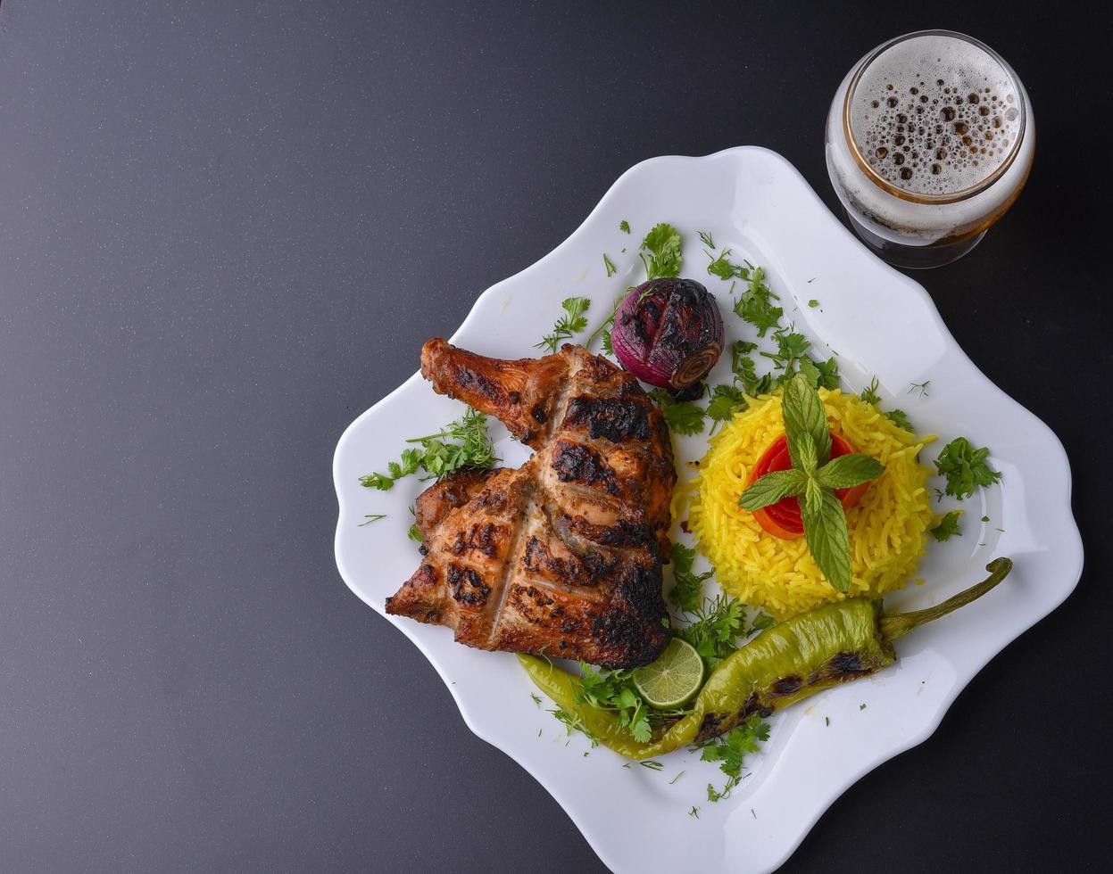 déjeuner de poitrine de poulet grillée photo