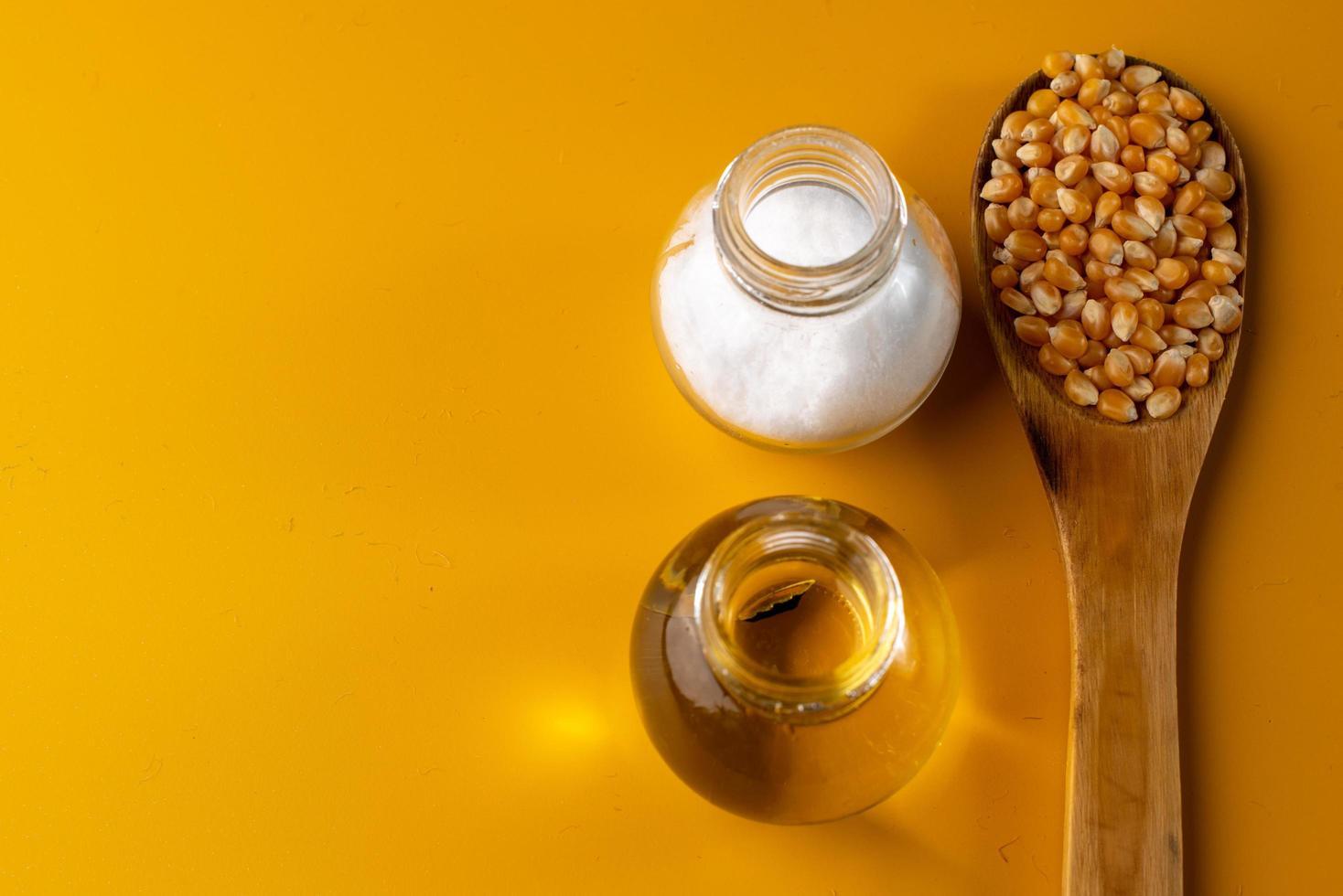 cuillerée de grains sur fond jaune photo