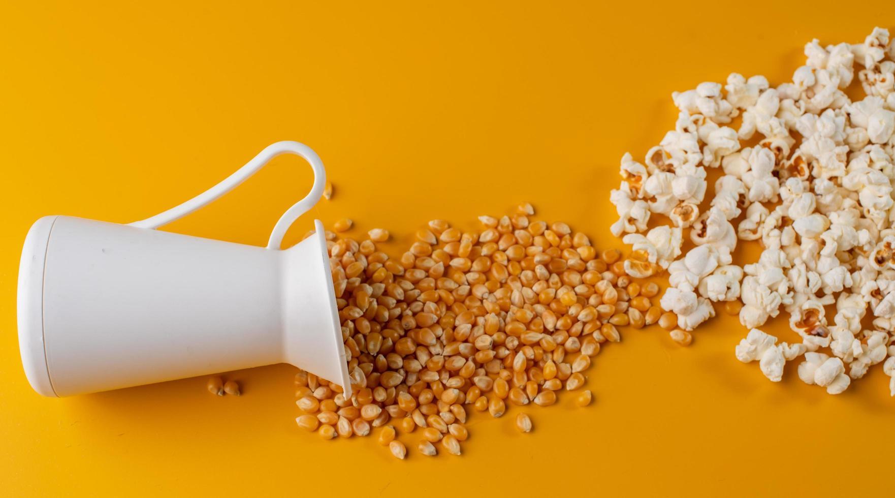 grains de maïs soufflé renversés photo
