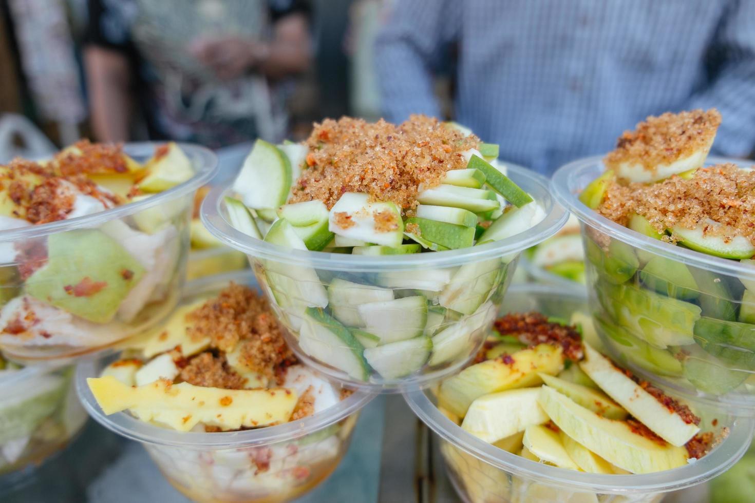 mangues aigres croustillantes fraîches pelées et tranchées photo