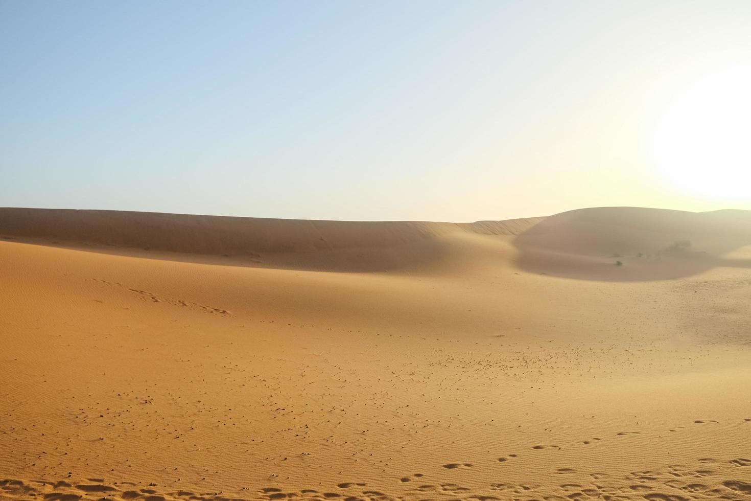 Dunes de sable de l'erg chebbi avec ciel bleu clair photo