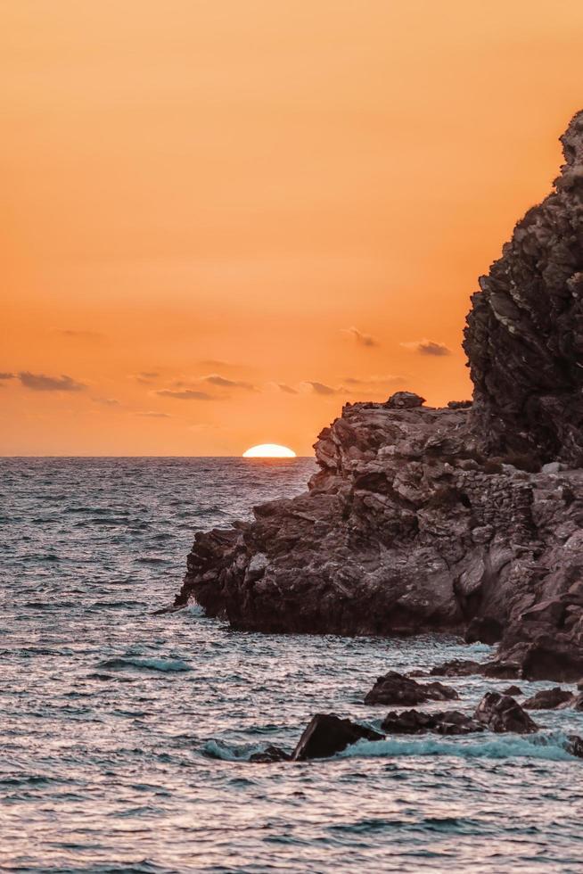 coucher de soleil sur la mer sicilienne photo
