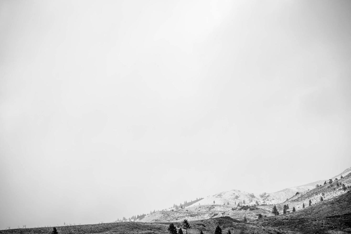 photo en niveaux de gris de la montagne et du ciel nuageux