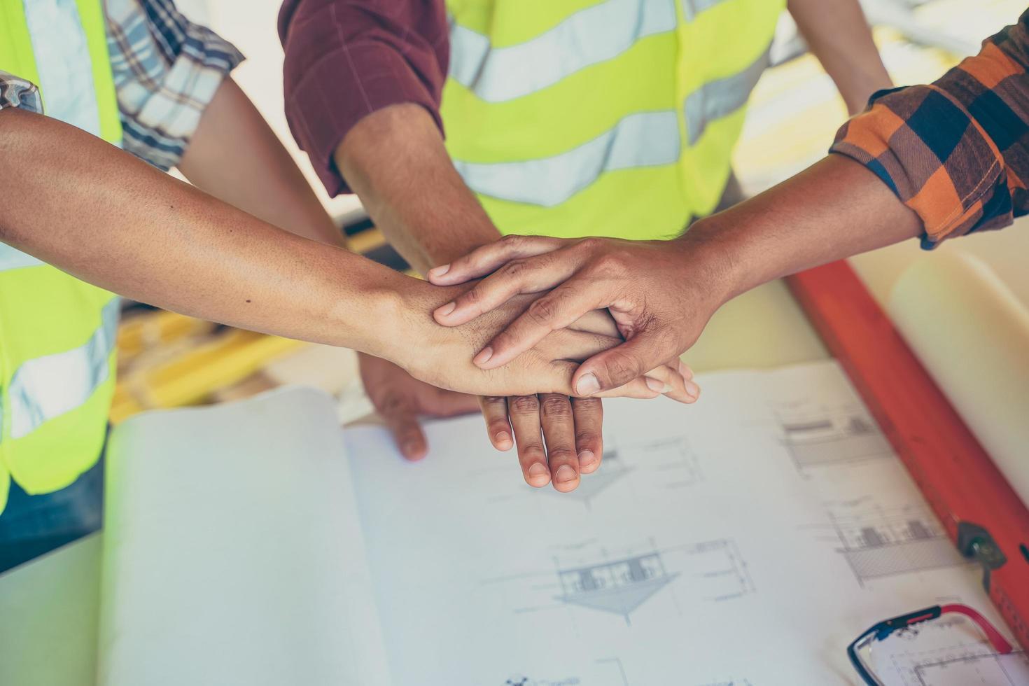 trois hommes se donnent la main photo