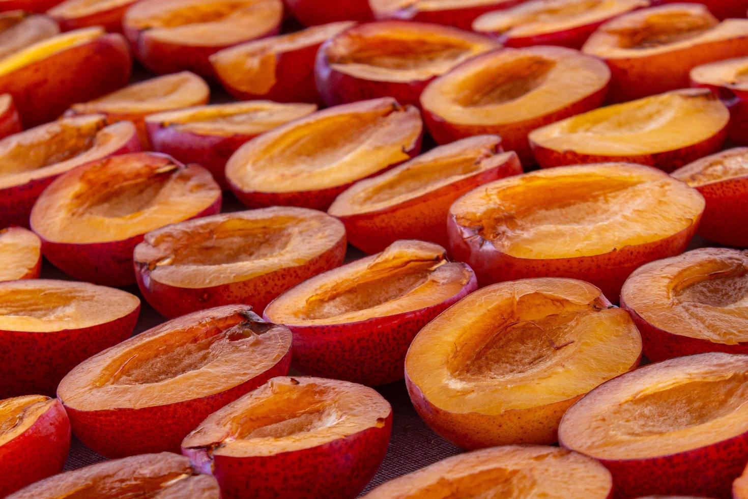 séchage des moitiés de prune photo