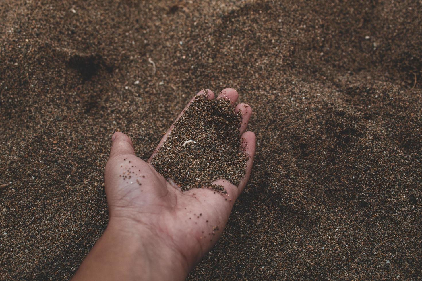 personne tenant du sable photo